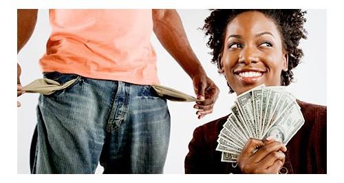 En apprenant que son mari la trompe, elle avale 9000$ en billets