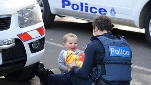 Un policier adopte le nouveau-né d'une sans-abri héroïnomane