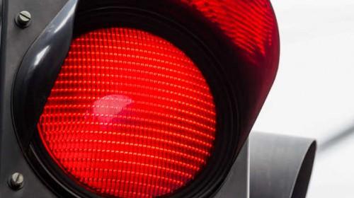 Dijon : il grille un feu rouge et percute deux voitures